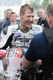 Ian Hutchinson conquista a segunda corrida consecutiva no TT da Ilha de Man 2015 - Brasileiro Rafael Paschoalin termina em 37º.