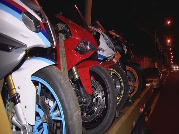 Polícia divulga vídeo de racha de moto e velocímetro trava em 299km/h