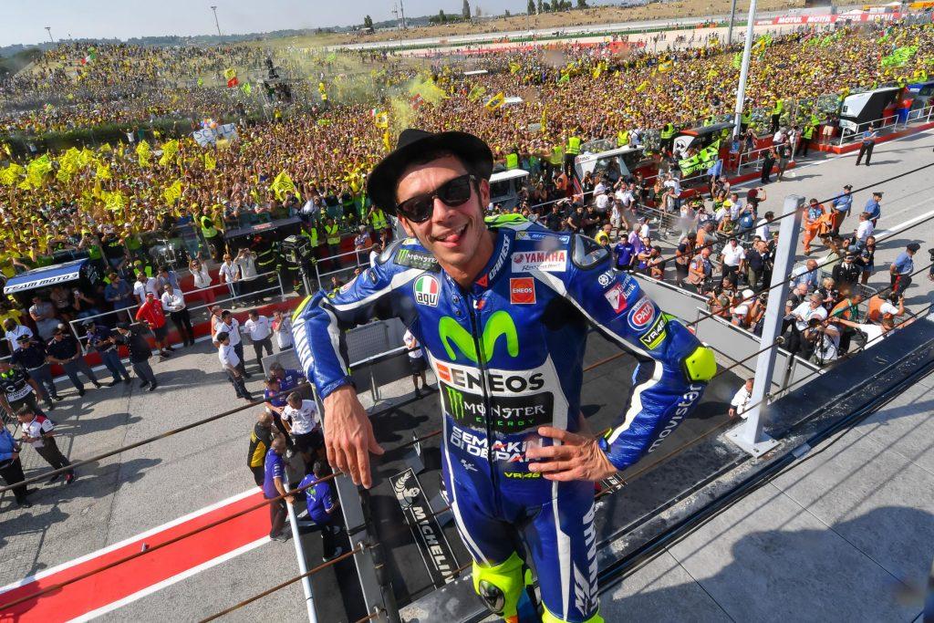 Valentino Rossi faz a festa de sua torcida