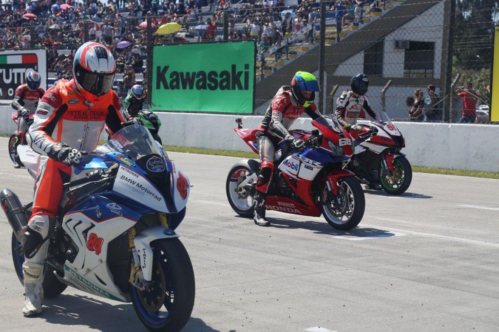 Concentração antes da largada na primeira fila na sexta etapa do SuperBike em Curitiba.