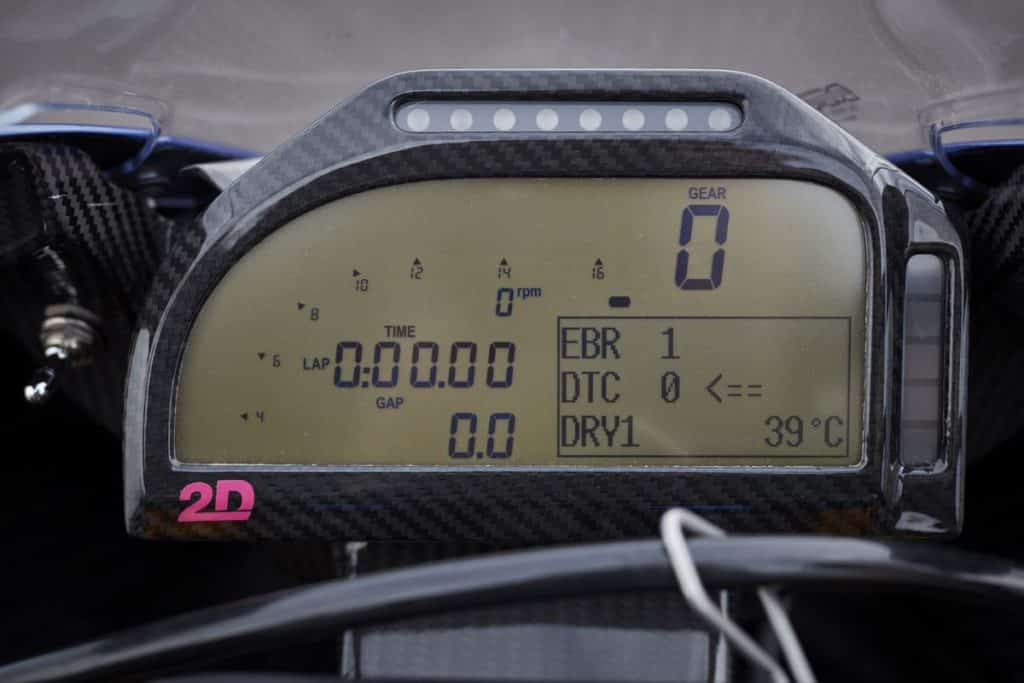 BMW HP4 RACE - Painel totalmente digital.