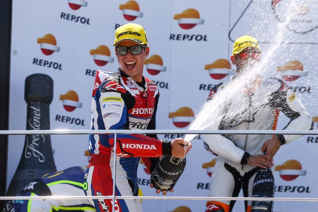 Eric Granado comemora o primeiro lugar no pódio da Moto2 européia - Foto: Agência Photoclick