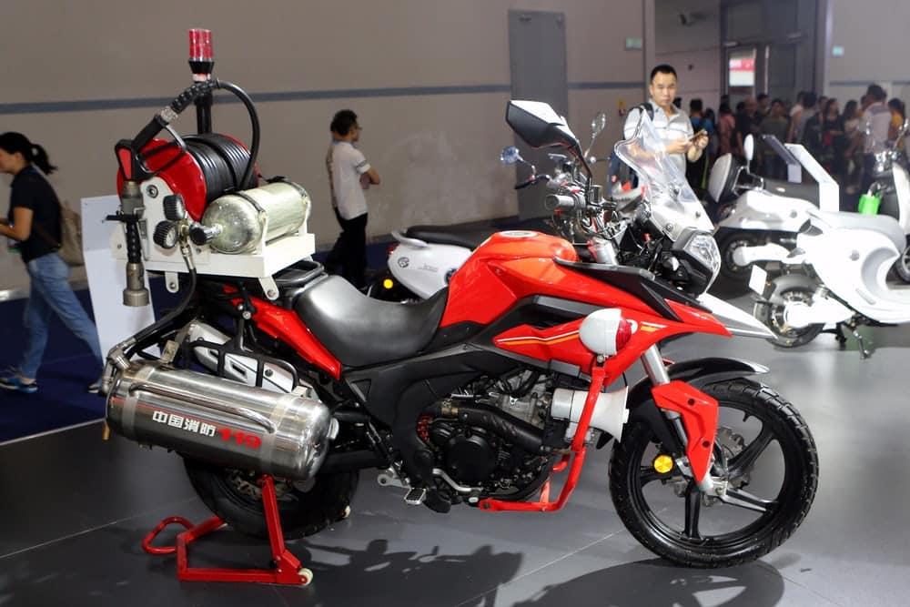 Sim, é uma moto bombeiros! Baseads em uma 250 de refrigeração líquida. As motos da marca Zongshen também incluem muitas variações na mesma plataforma, como policial e militar do exército. (Crédito: Mike Hanlon / New Atlas )