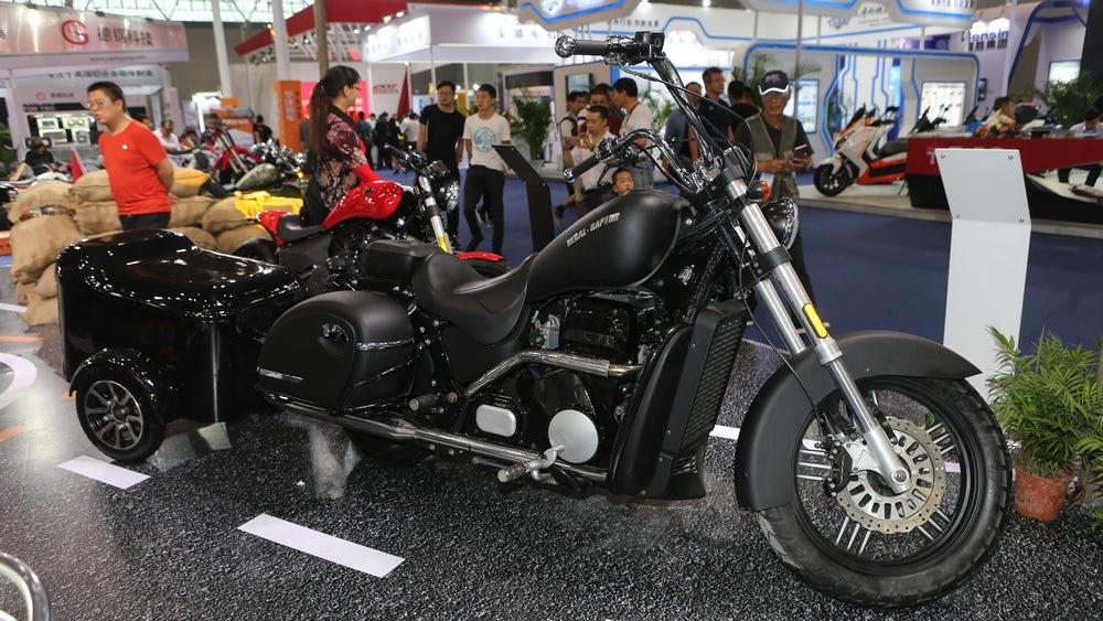 Regal-Raptor é uma das marcas chinesas mais interessantes, todos já devem ter percebido, imita Harley-Davidson e visa uma gama de motocicletas de maior capacidade. Ahh a carretinha acompanha o modelo. (Crédito: Mike Hanlon / New Atlas )