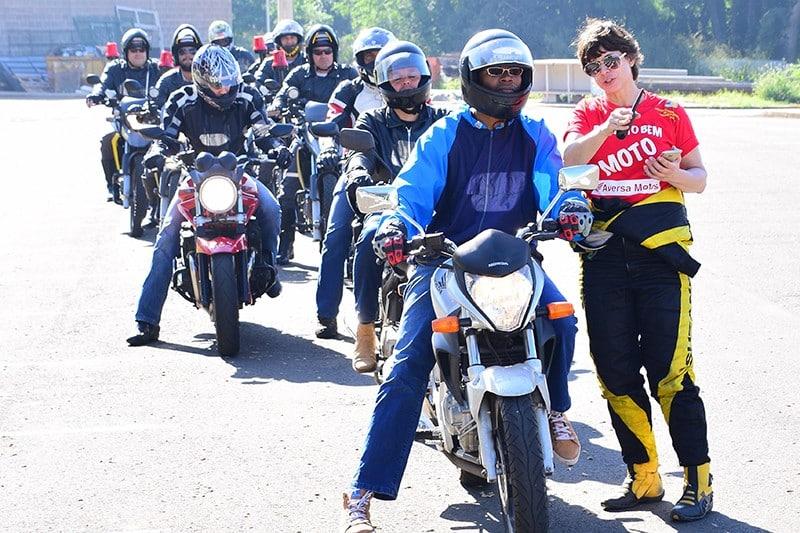 Suzane Carvalho lança livro com dicas de pilotagem de moto