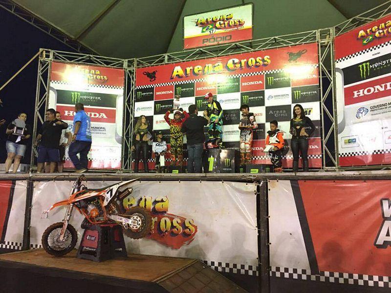 O garoto Rafael Becker garantindo mais um título das 50cc no Arena Cross