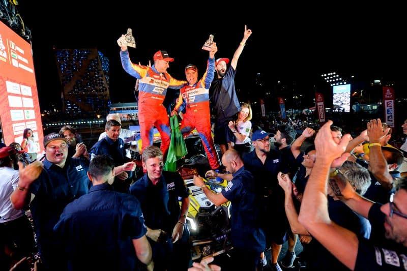 Reinaldo Varela (à direita) e Gustavo Gugelmin comemoram título dos UTVs no Rally Dakar a bordo do Can-Am Maverick X3 - Foto: Duda Bairros - photosdakar.com - BRP Brasil