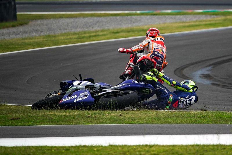 Momento em que Rossi é lançado pra fora da pista por Márquez - Foto: MotoGP
