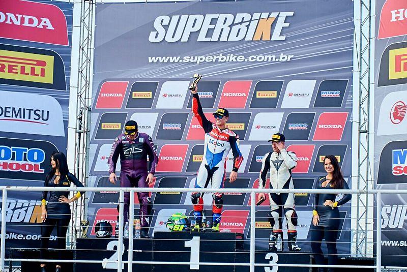 Pódio da primeira etapa do Superbike Brasil: Granado, Barros e Gerardo - Foto: Ricardo Santos