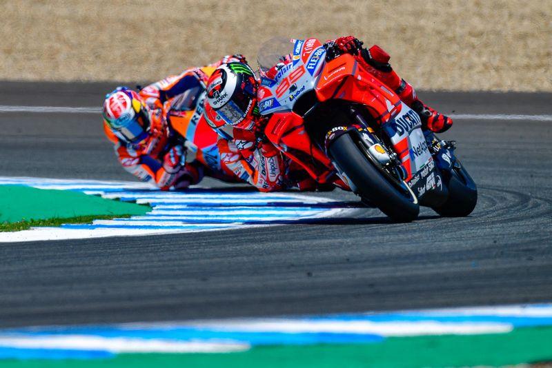 Márquez vence e se torna líder. Acidente triplo marca a etapa espanhola da MotoGP.