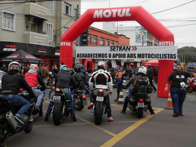 """Evento relativo ao Dia do Motociclista para o trânsito na """"Rua das Motos"""" em Curitiba."""