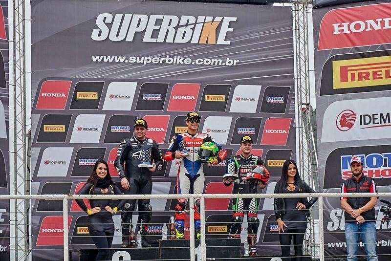 Pódio da segunda corrida da 4ª etapa do Superbike Brasil: Granado, Barros e Gerardo. – Foto: Honda Racing