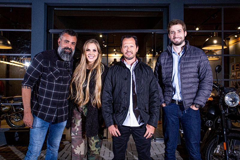 Cezinha Mocelin, idealizador do BMS Motorcycle, e os sócios da Royal Enfield Curitiba, Bruna Wladyka, Fabiano Cantele e Alexandre Zornig - Cred Atomus Agencia