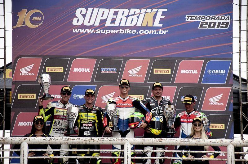Pódio da SuperBike em Goiânia: Granado, Gerardo, Alex Barros, Danilo Lewis e Pedro Sampaio