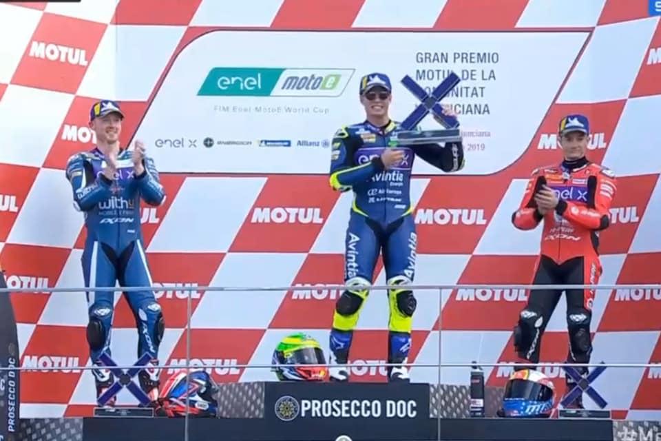 Eric Granado no pódio em Valência, após vitória na Moto-E