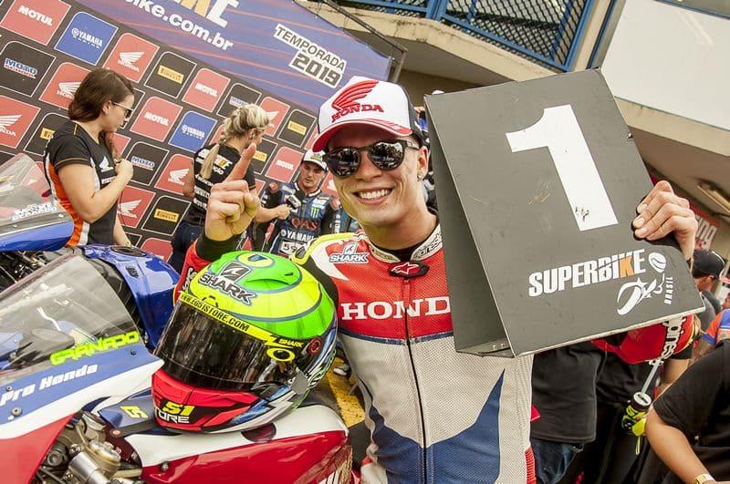 Eric Granado, da equipe Honda Racing, comemora no pódio da SuperBike Pro, no Paraná. Crédito: Ricardo Santos/Mundo Press