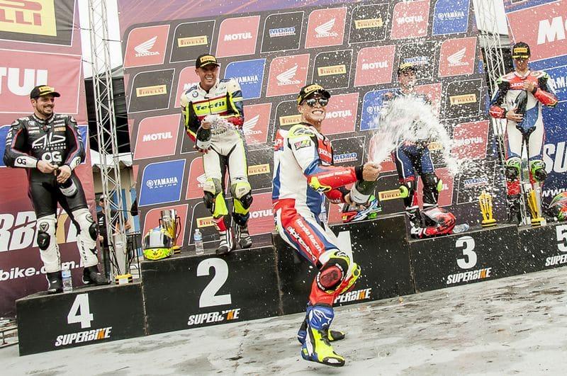 Eric Granado, da equipe Honda Racing, comemora no pódio da SuperBike Brasil, no Paraná.<br /> Crédito: Ricardo Santos/Mundo Press