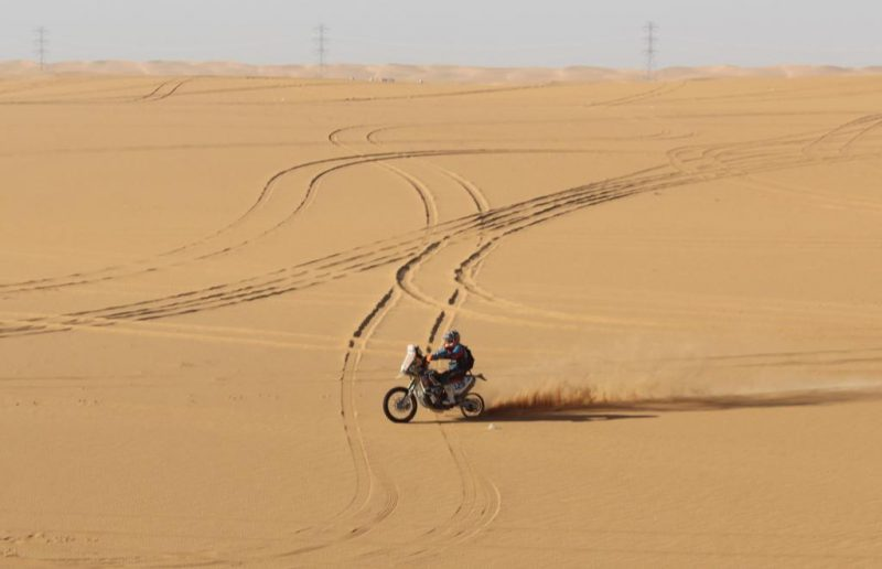 """Linconl cruzando o deserto do Rally Dakar somente no """"aro"""" - Foto: João Costa"""