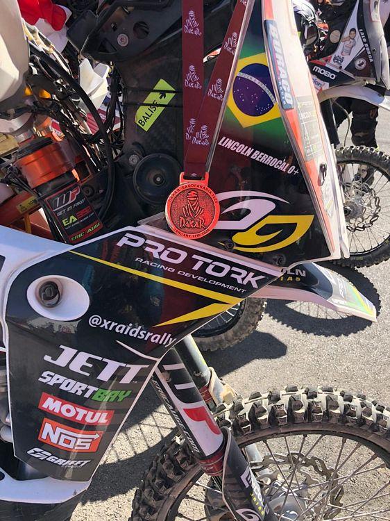 Moto de Lincoln com a medalha de participação no Rally Dakar. Foto do próprio Lincoln.