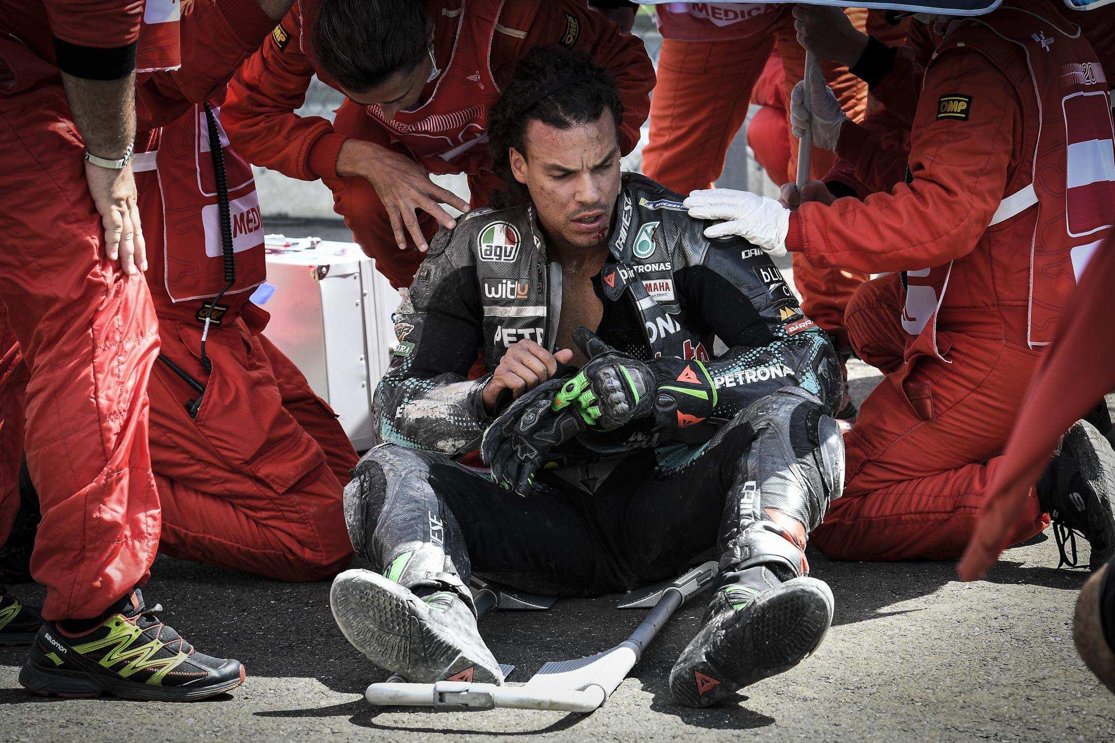 Franco Morbidelli sendo atendido logo depois do acidente no GP da Áustria