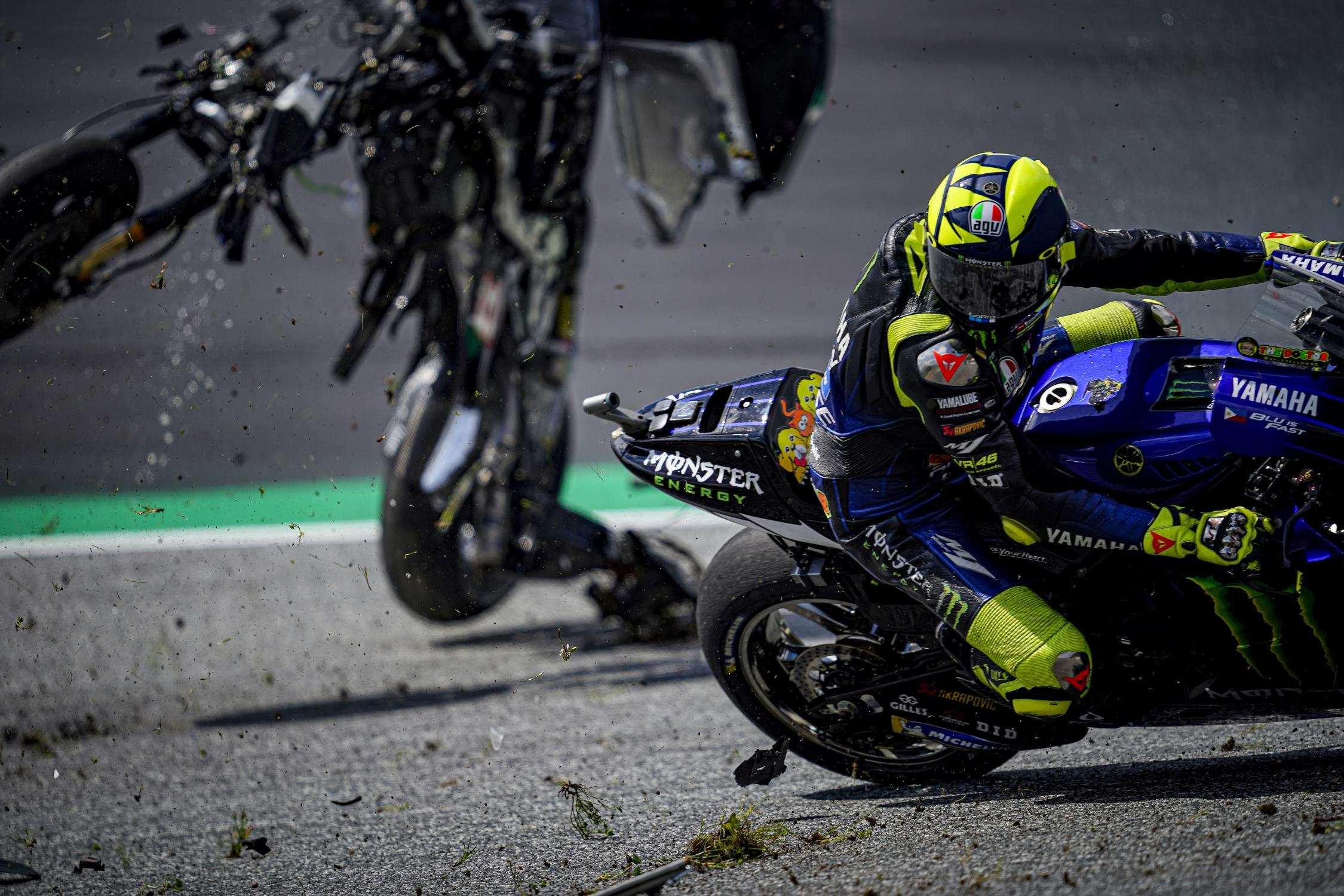 Valentino Rossi. A moto de Morbidelli passa na sua frente, no GP da Áustria.
