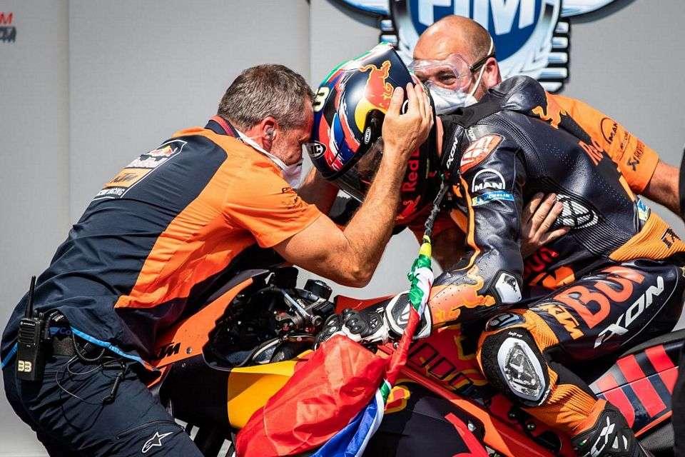 O sul-africano Brad Binder roubou a cena para entregar a ele e à KTM sua primeira vitória na MotoGP. Em uma belíssima corrida, Morbidelli e Zarco completaram o pódio.
