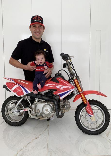 Felipe Zanol, chefe da equipe Honda Racing de Enduro FIM, terá o seu primeiro Dia dos Pais ao lado de Augusto. Crédito: Divulgação/Mundo Press