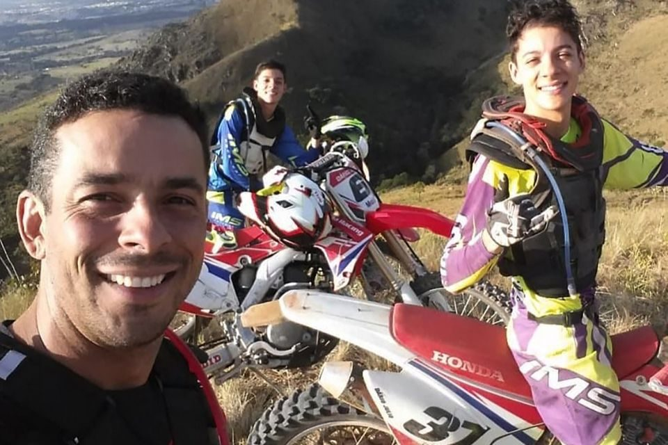 Dário Júlio, chefe da equipe Honda Racing de Rally, e os filhos Pedro e Leonardo. Crédito: Divulgação/Mundo Press
