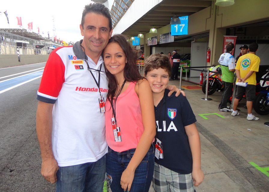Dia dos Pais: Reinaldo Campos, chefe da equipe Honda Racing de Motovelocidade, e os filhos Giovanna e Guilherme. Crédito: Divulgação/Mundo Press