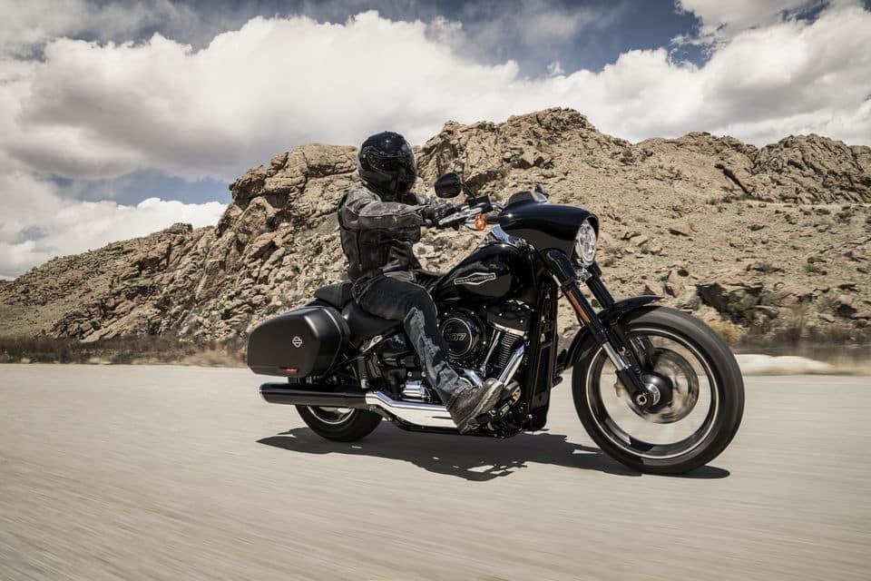 Atenção nas dicas de pilotagem: aprenda a se manter sempre alerta ao que ocorre à sua volta e tente prever o que pode acontecer - H-D Sport Glide Harley-Davidson do Brasil/Divulgação
