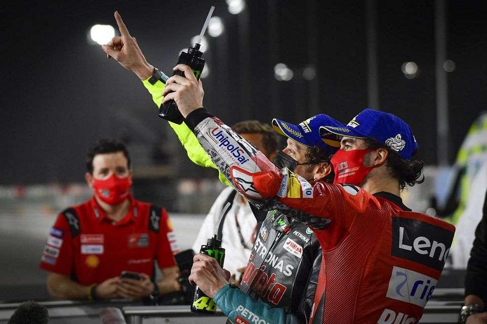 Confraternização entre os italianos no GP do Qatar: Pecco e Valentino