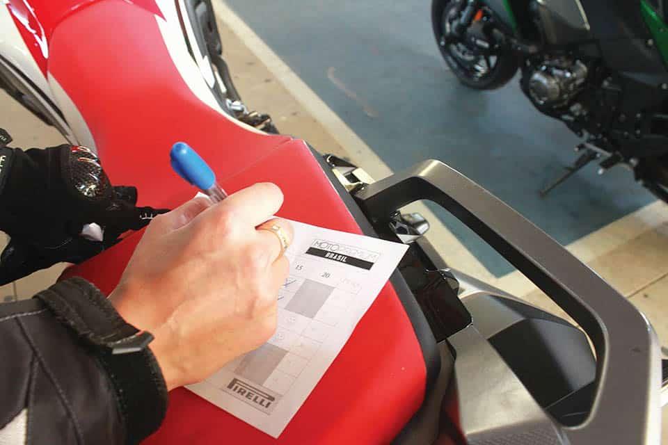 A cada teste-ride concluído o motociclista recebe a ficha de votação para a sua avaliação VGCOM - Arquivo Concurso Moto Premium 2020